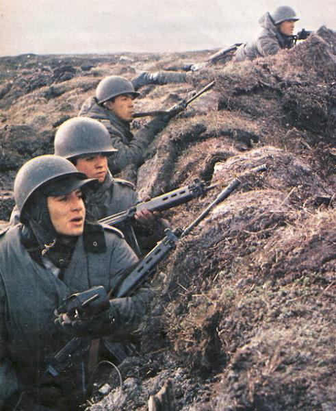 fal-with-argentine-soldiers-1982-15.jpg